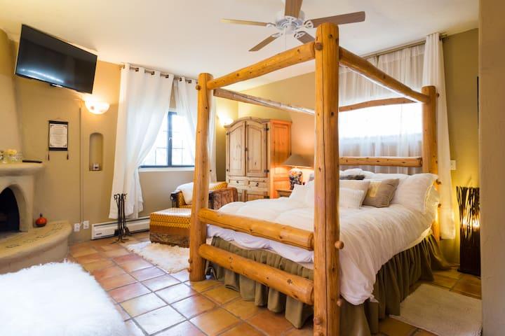 Casita... Cozy room wth fireplace, TV, mini kitchen & private bath