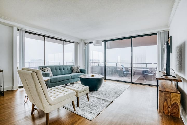 Penthouse with incredible views in the heart of downtown by Lodgeur