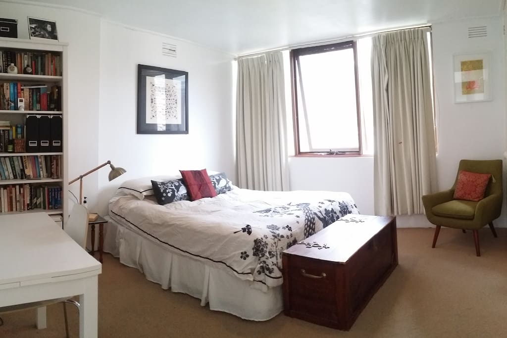 Extra large room with queen bed