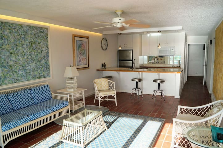 Airy 2 BR beachside condo. 5 mins to Red Hook