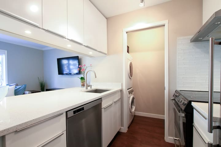 VGH UBC Executive Bright Luxury Studio Apartment