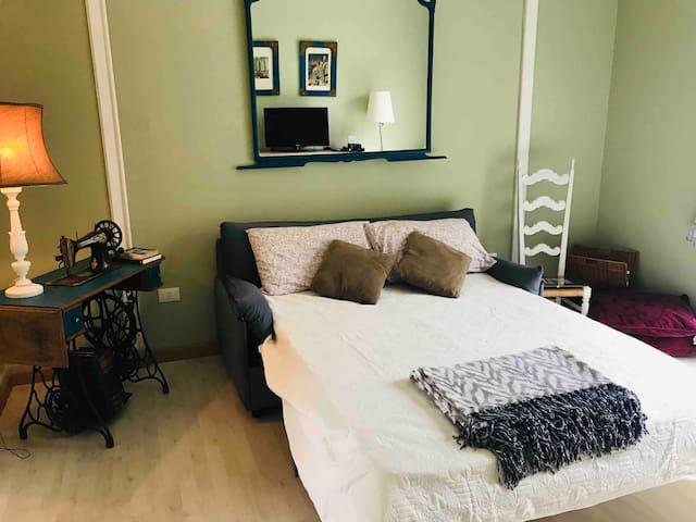 Il divano aperto trasforma il salottino in un'altra camera da letto