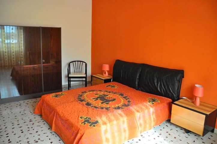 Stanza privata a Catania (Stanza arancione)