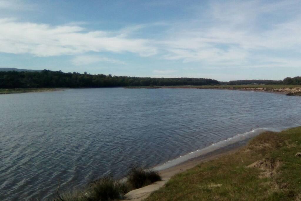 El arroyo Solís Grande,a pocos minutos en una caminata en medio del bosque.