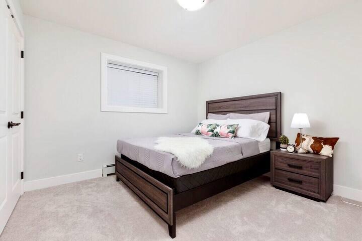 3BR Basement Room 1 : Queen Size Bed
