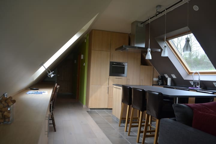 Keuken met alle voorzieningen (o.a. oven, microgolf, koffiezetapparaat, koelkast, diepvriezer en vaatwas)