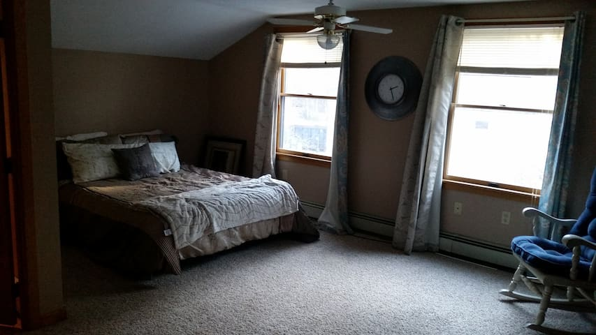 Cozy Private Master Bedroom in the Suburbs