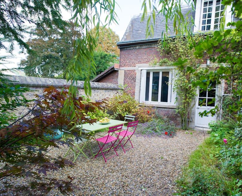 un petit jardin en ville maisons louer rouen haute normandie france. Black Bedroom Furniture Sets. Home Design Ideas