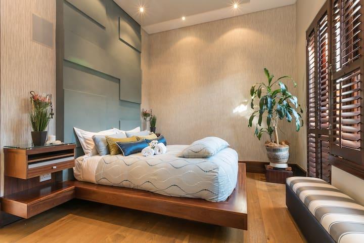 Fabulous light airy bedroom. Fine linen with super comfortable mattress.