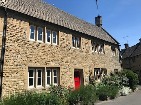 Peter House - delightful Cotswold stone cottage