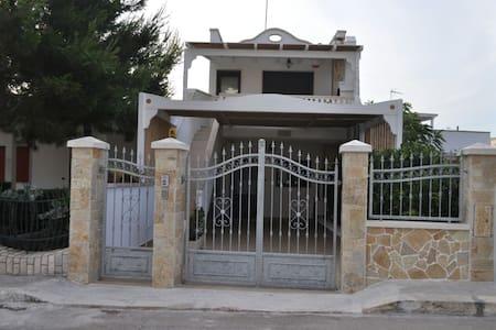 Casa a 80 passi dal mare piano terra - Maison