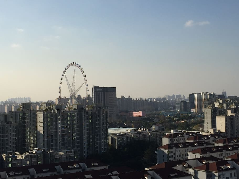 Chinese 1st Ferris wheel is touchable on the balcony