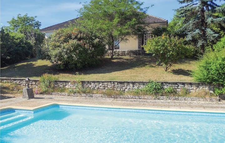 Nice home in Château L´Eveque with WiFi, Outdoor swimming pool and 3 Bedrooms