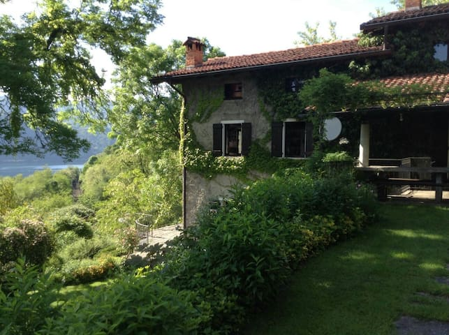 Paradise with garden and lake view - Carcegna - House