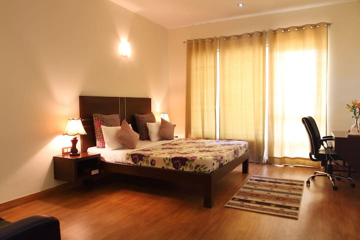Serviced Room w balcony  ♥ of Golf Course Road
