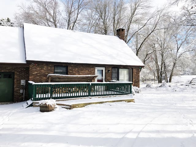Cozy Pocono Getaway Close to Skiing - Pet Friendly