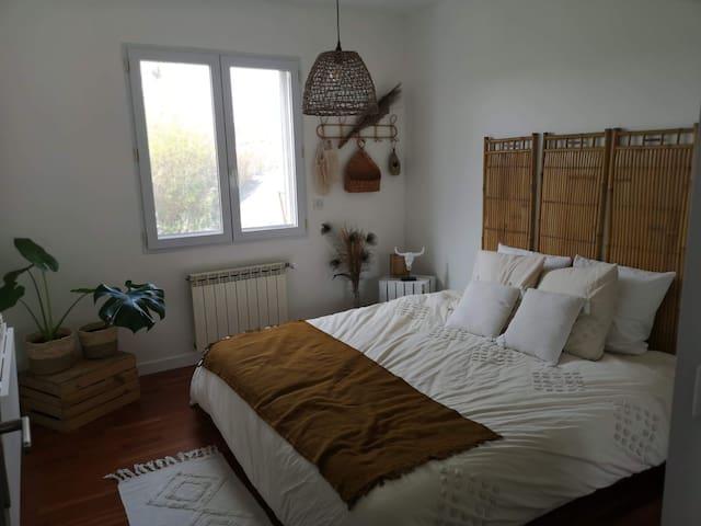La chambre :  - lit king size 180*200 mais possibilité de se moduler en deux lits 90*200 (le préciser à la réservation)  - Espace  travail/repas -un lit pliant  bébé de disponible
