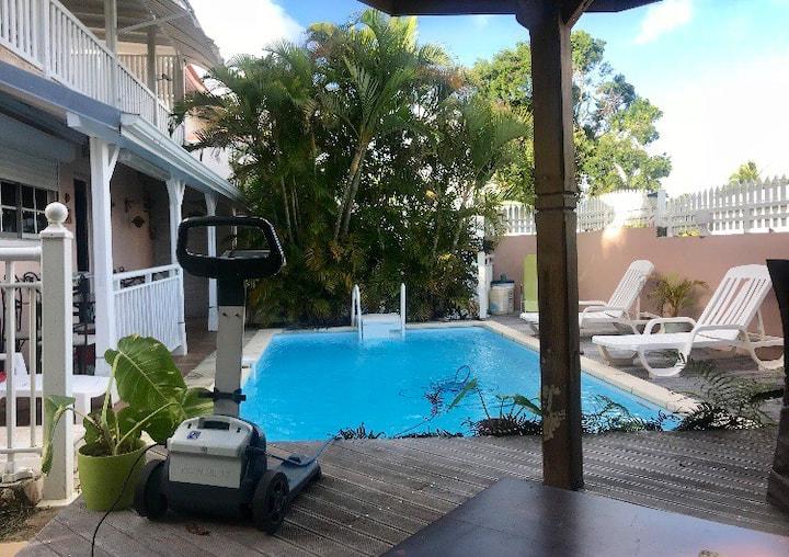 Studio Cosy sécurisé, piscine à500 m de la marina.