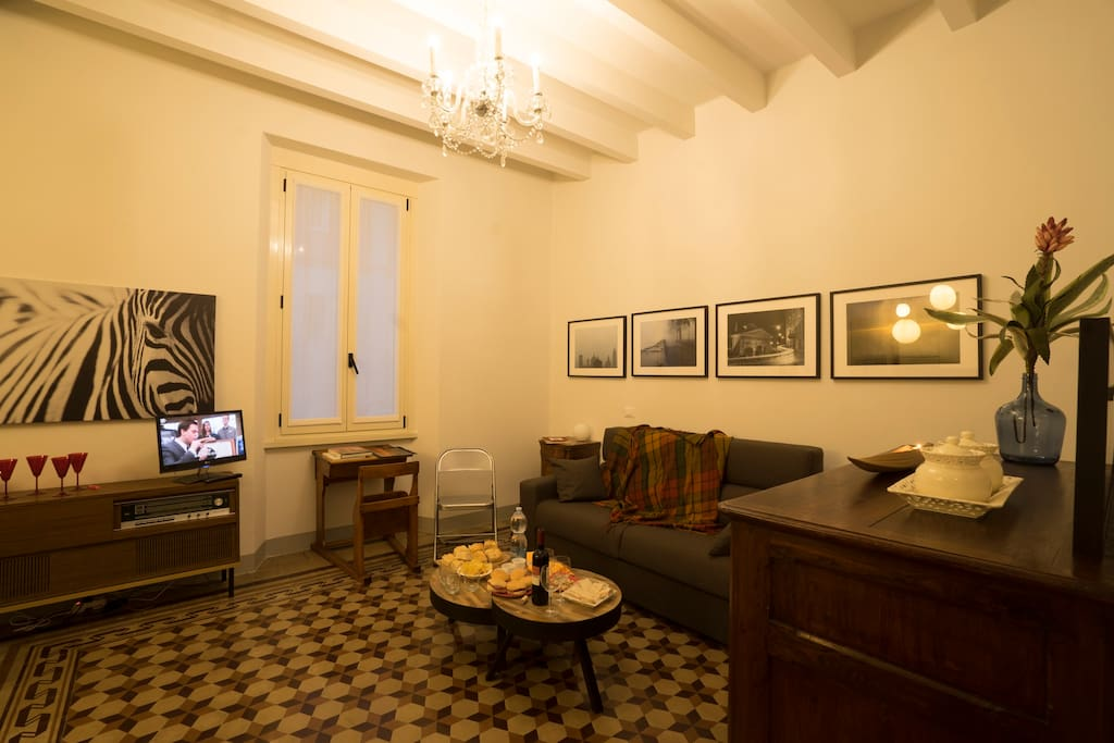Ampia sala con divanoletto matrimoniale e televisione // Wide living room with a double pull-out couch and television