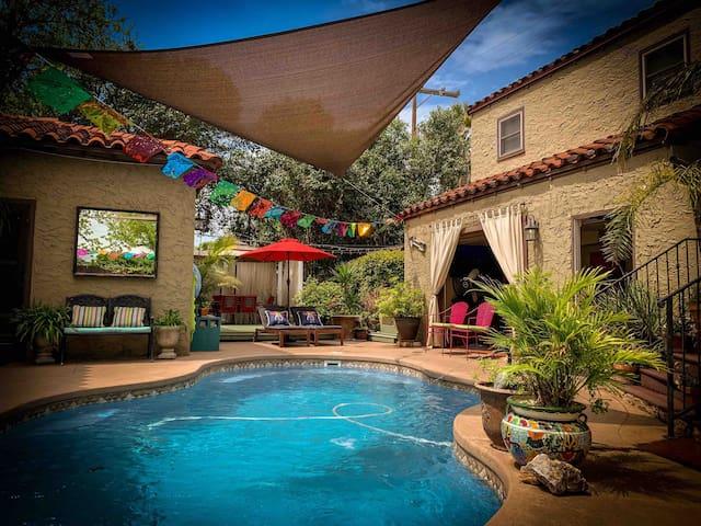 Cozy Quarters in San Antonio's Deco District