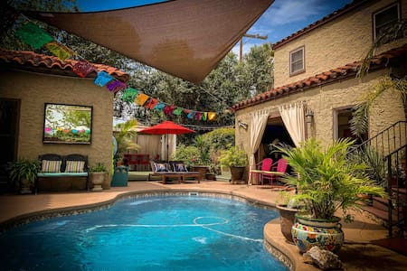 Cozy Quarters in San Antonio's Deco District