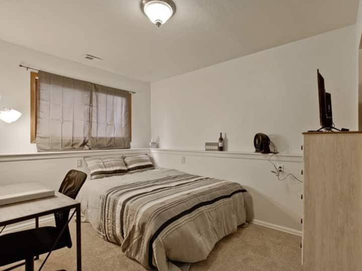 Private Room w/Mini Fridge, Gym Near Rocky Mtns
