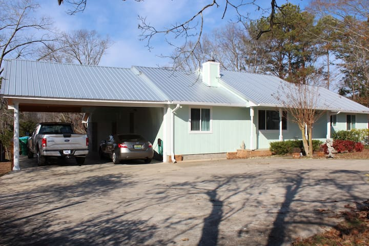 Separate BR/BA suite w/private entrance. - Lincoln - House