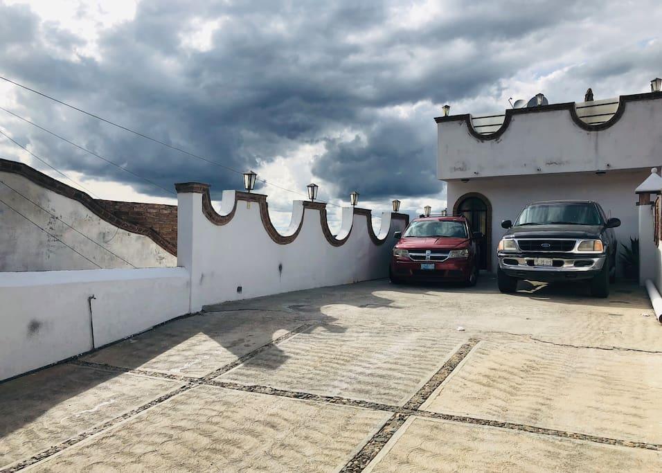 Estacionamiento amplio con control remoto