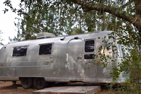 Vintage Airstream lakeside - Fairhope