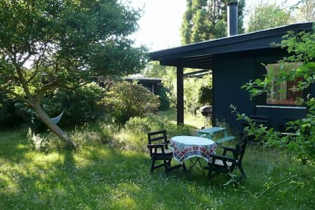 Charming house in secluded garden in Tisvilde - Tisvilde - 小木屋