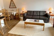 View of the living room, dining table and stools overlooking the kitchen.  Vue du salon, de la table à manger ainsi que les tabourets donnant sur la cuisine.