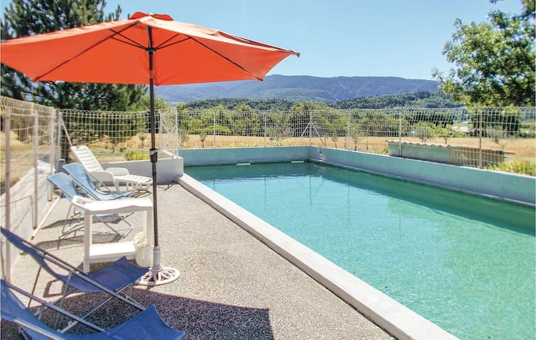 Holiday cottage with 4 bedrooms on 105 m² in Malaucene