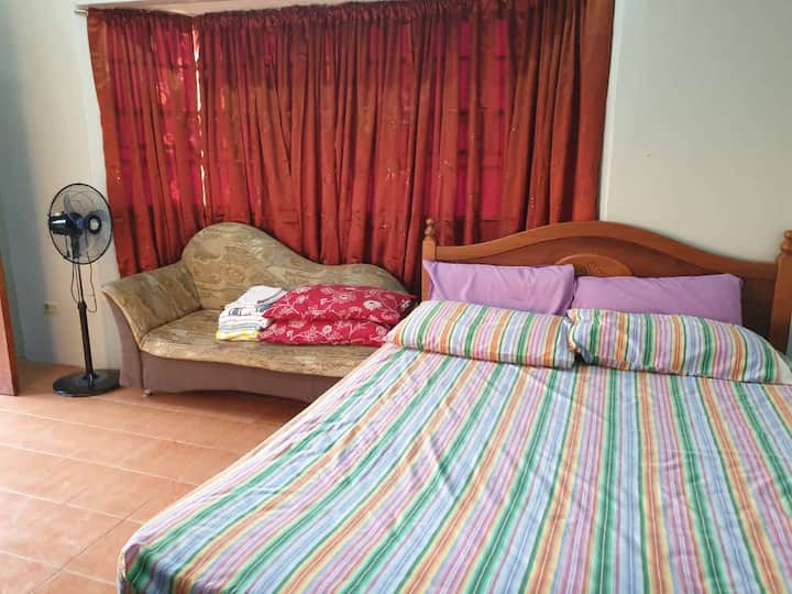 MJ's Cozy Seaview Place (Room 2)