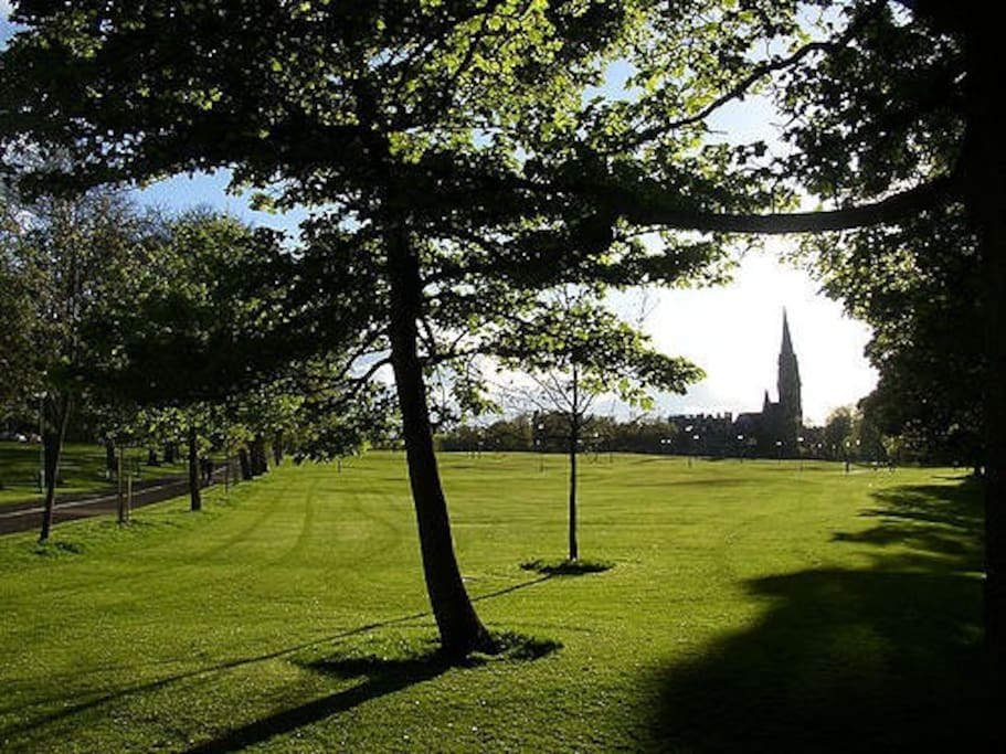 2 mins from our front door - The Meadows and cycle path which connects Bruntsfield to the city centre