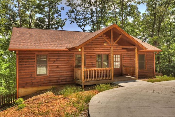 Gileads Balm Cabin 2bed 2bath with hot tub ping pong indoor and outdoor fireplaces and beautiful deck