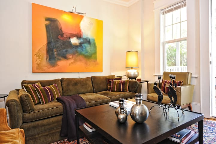 Historic Dilworth Remodeled 1920's Apt.-1.5 Miles from Uptown