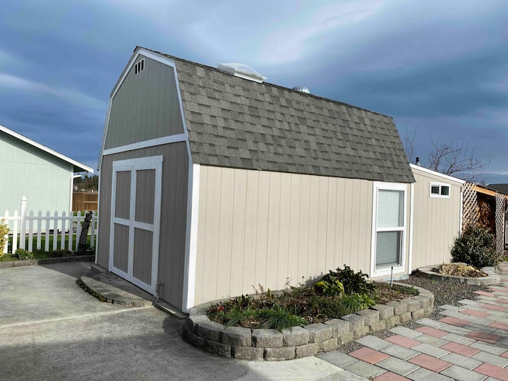 Tiny house with garden view 2 min to downtown