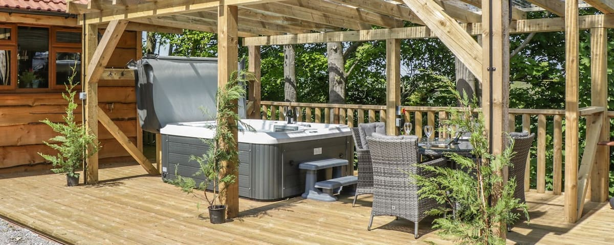 Oak Lodge. Private Hot Tub. BBQ. Near Beach.