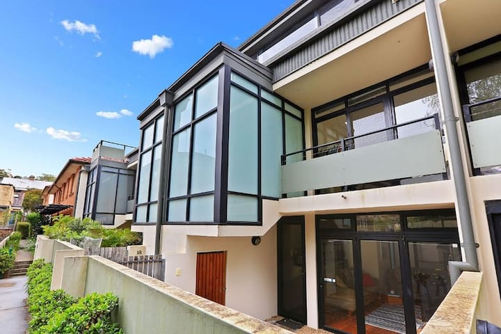 Big Newtown Townhouse close to King St