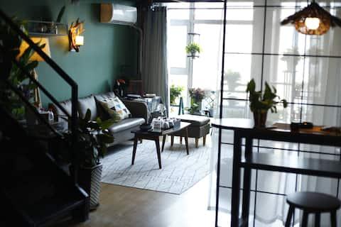 【寸光·西柚】罗城头旺角广场街景落地窗复式公寓。120寸高清投影/JBL回音壁家庭影院。大开间复式