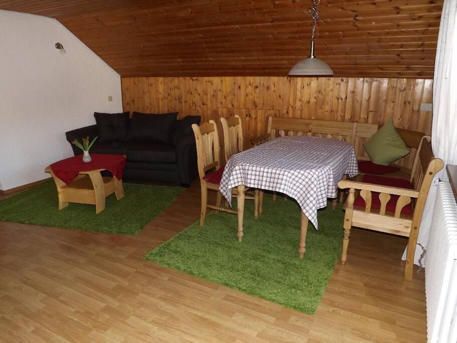 Das ruhige gemütliches Wohnesszimmer lädt zum verweihlen und entspannen ein.