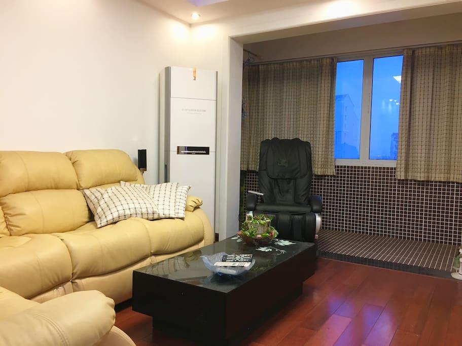柔软的沙发配上按摩椅,泡一壶热茶,你可以在客厅充分放松