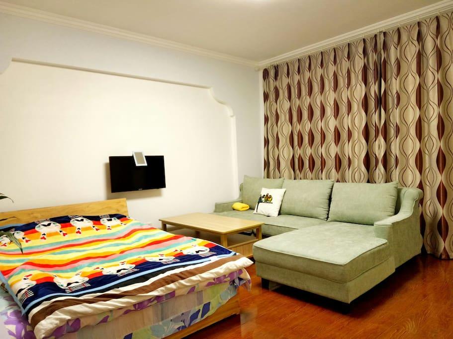 整个房间视图:床+茶几+沙发+落地窗+阳台