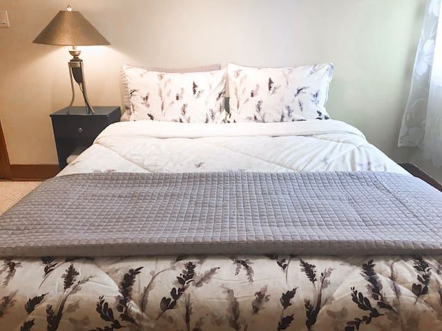 Bedroom in large home w/ Queen bed, Double closets