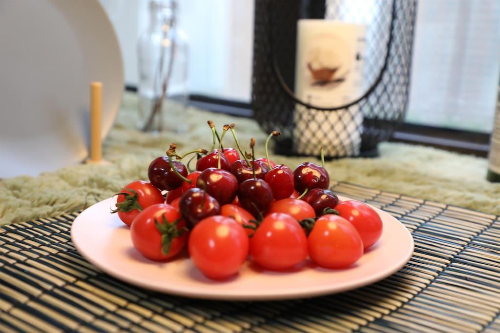 不想出门的时光,可以备几样水果,一些小吃,度过休闲的下午时光。