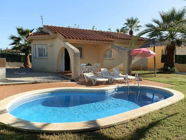 CASA ELENA,Ideal house for your holidays near the sea, free wifi, air conditioning, private pool, pets allowed, dog's beach.