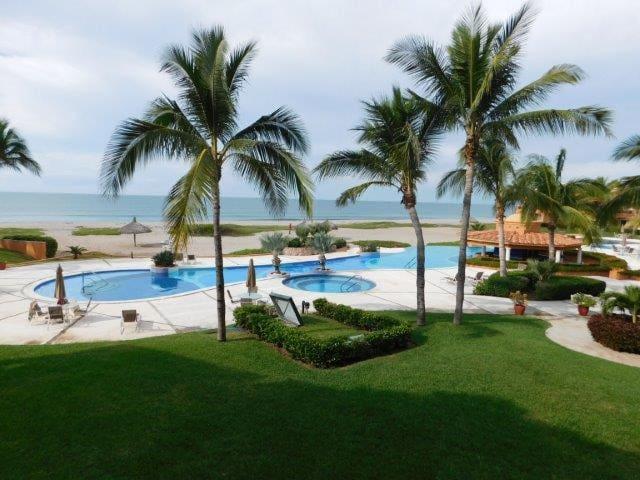 Condominio frente a 6 km de playa y campo de golf