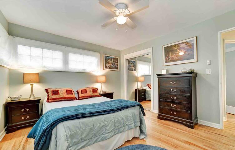 Queen bedroom, shared kitchen & bath, sleeps 2x2