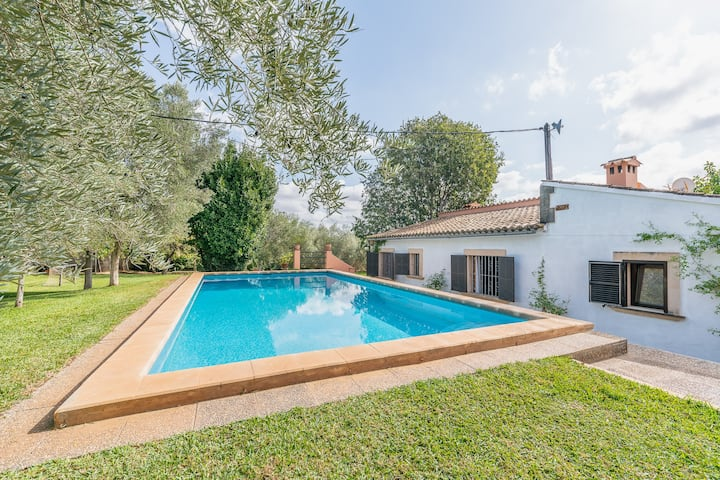 Finca Can Lluc:Nice finca with pool, children area
