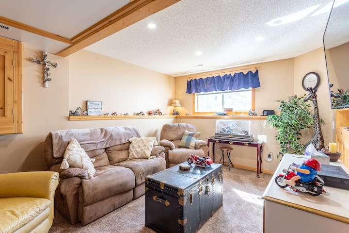 Cozy and quiet basement guest room, family room!